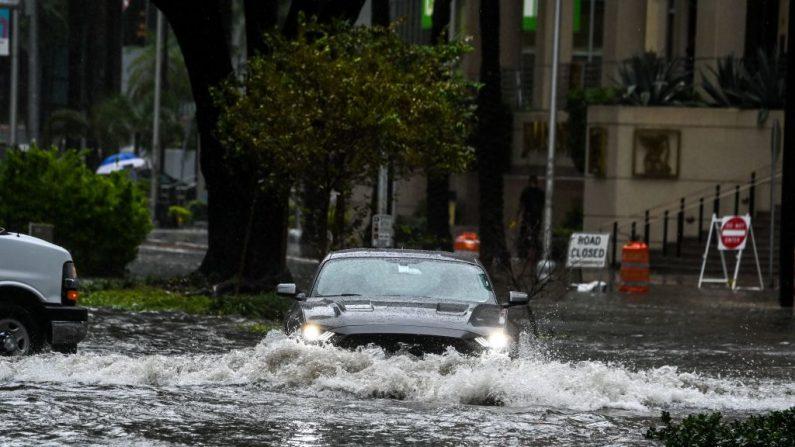 Un automóvil atraviesa la calle inundada durante fuertes lluvias y vientos mientras la tormenta tropical Eta se acerca al sur de Florida, en Miami, Florida, el 9 de noviembre de 2020. (Chandan Khanna / AFP vía Getty Images)