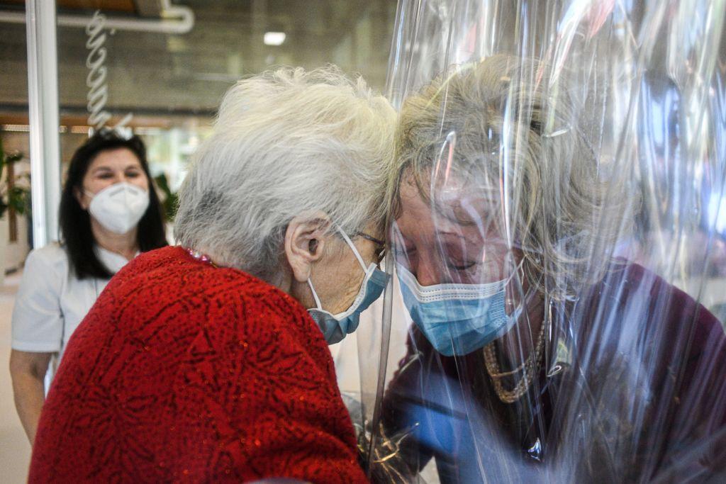 """Casa de retiro crea """"sala de abrazos"""" para acercar a abuelitos y sus familias sin temor al COVID-19"""