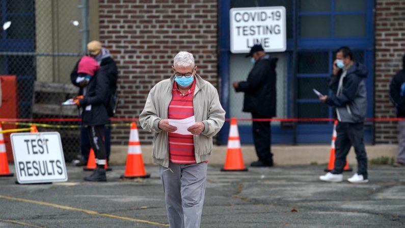 La gente espera en la fila para hacerse la prueba de covid-19 en el Centro de Pruebas Covid-19 de Ann Street School en Newark, Nueva Jersey, EE.UU. el 12 de noviembre de 2020. (Foto de TIMOTHY A. CLARY / AFP a través de Getty Images)