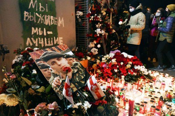 La gente deposita flores para rendir homenaje a Román Bondarenko en el patio llamado 'La Plaza de los Cambios' en Minsk (Bielorrusia), a última hora del 12 de noviembre de 2020, un día después de que el de 31 años, fuera golpeado por desconocidos enmascarados y muriera en el hospital. (Foto de STRINGER / AFP a través de Getty Images)