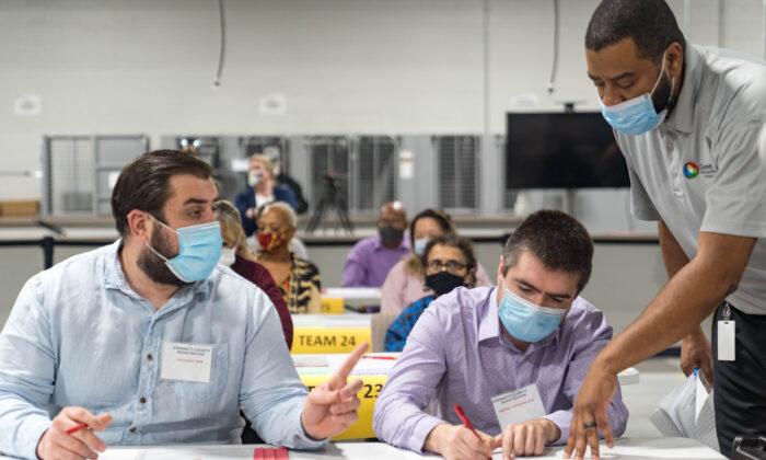 Los trabajadores del condado de Gwinnett comienzan un reconteo de las boletas electorales presidenciales en Lawrenceville, Georgia, el 13 de noviembre de 2020. (Megan Varner/ Getty Images)