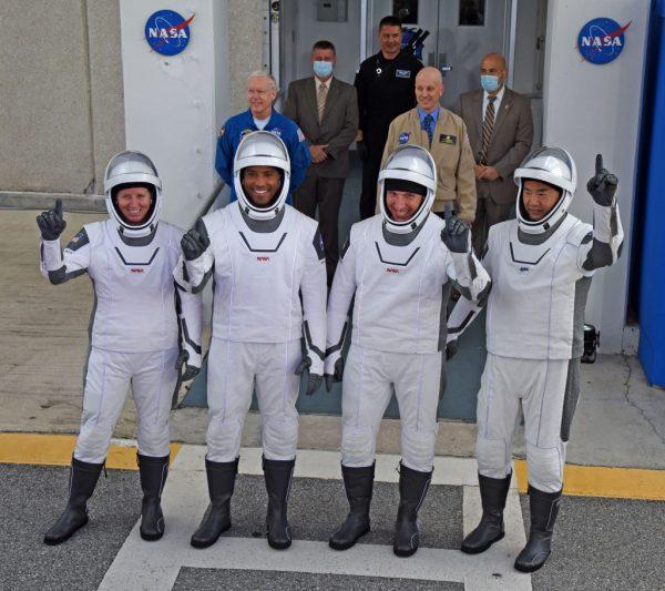 (i-d) Los astronautas de la NASA, la especialista en misiones Shannon Walker, el piloto del vehículo Victor Glover, el comandante Mike Hopkins y el especialista en misiones de la Agencia de Exploración Aeroespacial de Japón (JAXA), el astronauta Soichi Noguchi, salen de Operaciones y Checkout Continuando su camino hacia el cohete SpaceX Falcon 9 con la nave espacial Crew Dragon en la plataforma de lanzamiento 39A en el Centro Espacial Kennedy el 15 de noviembre de 2020 en Cabo Cañaveral, Florida. (Foto de Red Huber / Getty Images)