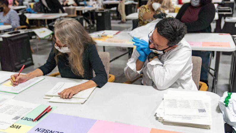 Los trabajadores electorales del condado de Gwinnett manejan las boletas como parte del reconteo para las elecciones presidenciales de 2020 en el Edificio de Elecciones y Registros de Votantes Beauty P. Baldwin en Lawrenceville, Georgia, el 16 de noviembre de 2020. (Megan Varner/Getty Images)