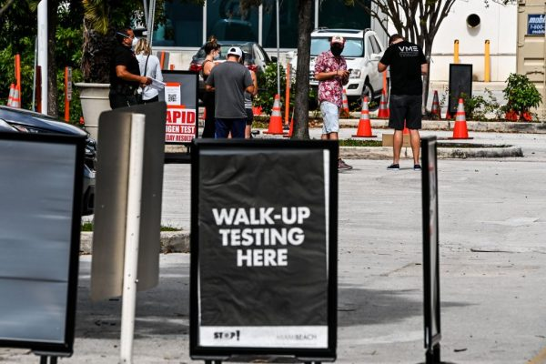 La gente se alinea en un sitio de prueba de COVID-19 en Miami Beach, Florida, el 17 de noviembre de 2020. (Foto de CHANDAN KHANNA / AFP a través de Getty Images)
