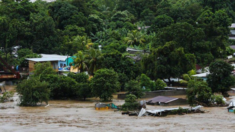 Vista de una zona inundada por el desborde del río Chamelecón en el municipio de La Lima, departamento de Cortés, norte de Honduras, el 18 de noviembre de 2020, tras el paso del huracán Iota. (Foto de WENDELL ESCOTO / AFP a través de Getty Images)