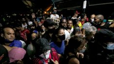 Migrantes venezolanos pujan por regresar a su país en puente limítrofe con Colombia