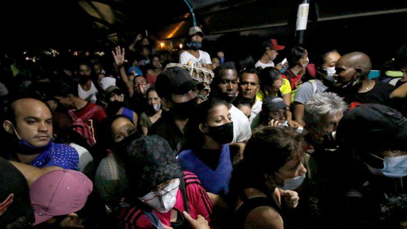 Los migrantes venezolanos varados en Colombia tratando de cruzar de regreso a su país, son impedidos de hacerlo por agentes de la policía colombiana en el puente internacional Simón Bolívar en Cúcuta, Colombia, el 18 de noviembre de 2020. (Foto de SCHNEYDER MENDOZA / AFP a través de Getty Images)