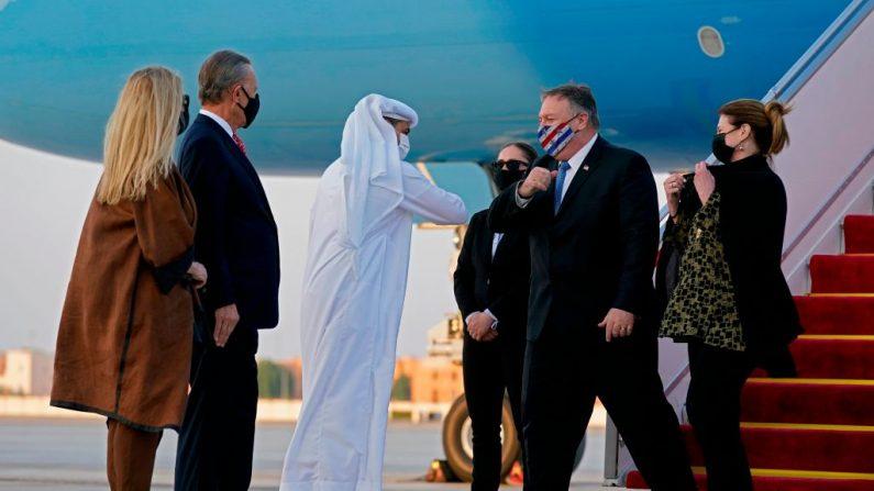 El jefe de Protocolo de los Emiratos Árabes Unidos, Shihab al-Faheem, saluda con un codazo al secretario de Estado de los Estados Unidos, Mike Pompeo (centro derecho), junto a su esposa Susan (d) en presencia del embajador de los Estados Unidos en los Emiratos Árabes Unidos, John Rakolta (i) y su esposa Terry, en el Aeropuerto Ejecutivo de al-Bateen en Abu Dabi el 20 de noviembre de 2020. (Foto de PATRICK SEMANSKY / POOL / AFP a través de Getty Images)