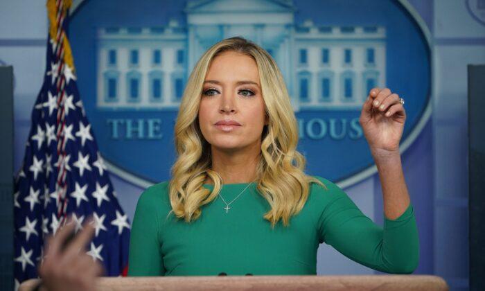 La secretaria de prensa de la Casa Blanca, Kayleigh McEnany, responde a las preguntas de los medios de comunicación durante una rueda de prensa el 20 de noviembre de 2020, en la Sala Brady Briefing de la Casa Blanca en Washington, DC. (Mandel Ngan/AFP a través de Getty Images)