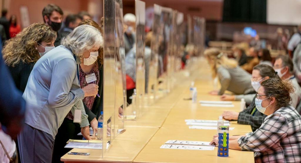 El condado de Milwaukee encuentra 65 boletas perdidas en una máquina de votación
