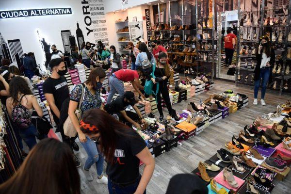 Los clientes en una tienda buscan zapatos durante las rebajas del Black Friday en un centro comercial en Caracas, Venezuela, el 20 de noviembre de 2020. (Foto de FEDERICO PARRA / AFP vía Getty Images)