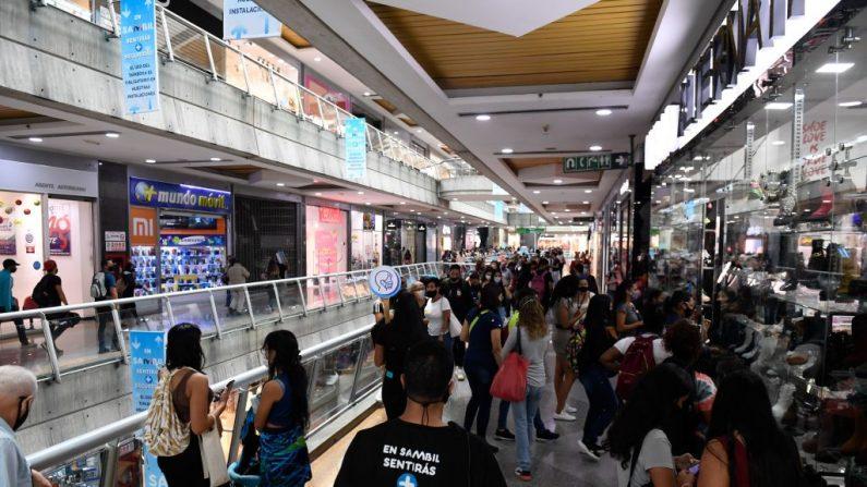 Los clientes hacen cola frente a una tienda con descuentos del Black Friday en un centro comercial en Caracas, Venezuela, el 20 de noviembre de 2020. (Foto de FEDERICO PARRA / AFP vía Getty Images)