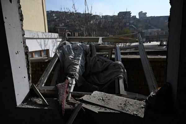 Se observa una casa dañada después de que varios cohetes cayeran en Khair Khana, al noroeste de Kabul (Afganistán), el 21 de noviembre de 2020. (Foto de WAKIL KOHSAR / AFP a través de Getty Images)