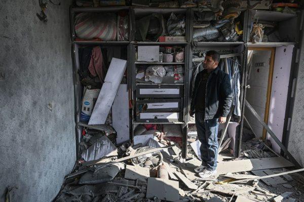 Un hombre inspecciona una casa dañada después de que varios cohetes cayeran en Khair Khana, al noroeste de Kabul (Afganistán), el 21 de noviembre de 2020. (Foto de WAKIL KOHSAR / AFP a través de Getty Images)