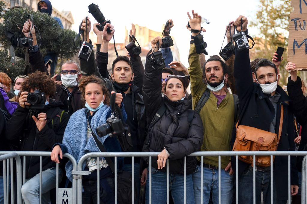 Miles de personas protestan en Francia contra la ley que limita grabar a policías