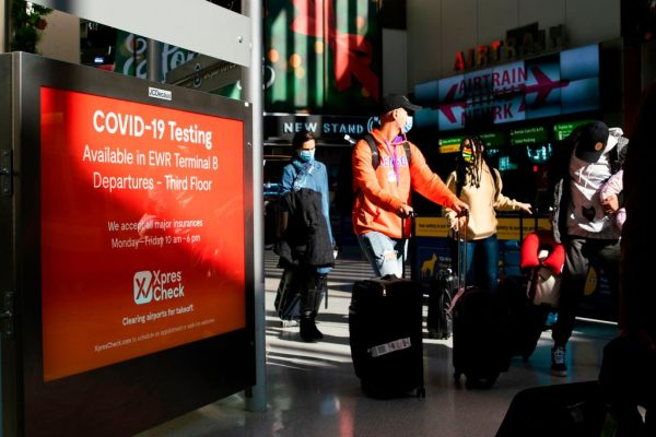 Los viajeros caminan por el Aeropuerto Internacional de Newark el 21 de noviembre de 2020 en Newark, Nueva Jersey (EE.UU.). (Foto de KENA BETANCUR / AFP a través de Getty Images)
