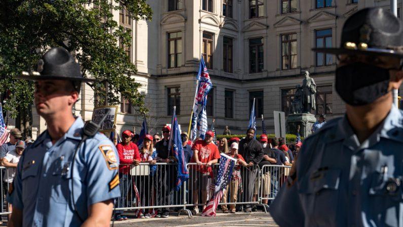 """Partidarios del presidente de Estados Unidos, Donald Trump, organizan una protesta """"Detengan el robo"""" de las elecciones fuera del edificio de la capital del estado de Georgia el 21 de noviembre de 2020 en Atlanta, Georgia. (Megan Varner/Getty Images)"""