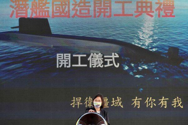 La presidente de Taiwán, Tsai Ing-wen, asiste a una ceremonia sobre la producción de submarinos de fabricación nacional en un astillero de CSBC en Kaohsiung (Taiwán) el 24 de noviembre de 2020. (Foto de SAM YEH / AFP a través de Getty Images)