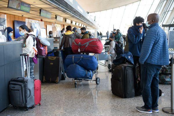 Los viajeros se registran en el aeropuerto Internacional Dulles de Washington en Dulles, Virginia (EE.UU.), el 24 de noviembre de 2020. (Foto de NICHOLAS KAMM / AFP a través de Getty Images)