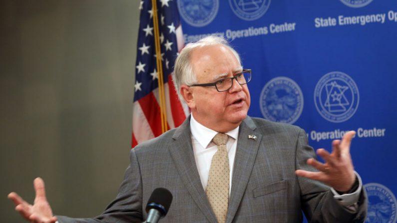 l Gobernador de Minnesota, Tim Walz, habla con la prensa el 3 de junio de 2020 en St. Paul, Minnesota. Scott Olson/Getty Images)