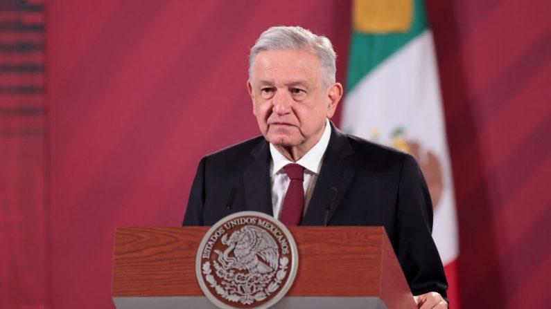Andrés Manuel López Obrador, presidente de México habla durante el anuncio de que México y Argentina producirán la vacuna contra el Coronavirus de Oxford en el Palacio Nacional el 13 de agosto de 2020 en la Ciudad de México, México. (Hector Vivas/Getty Images)