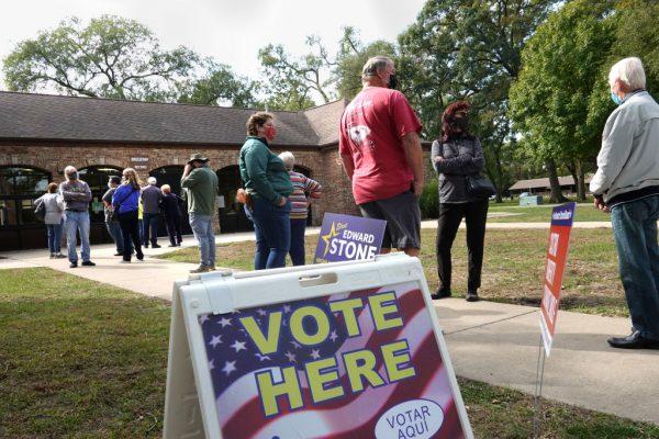 Los residentes esperan en línea para votar en el Centro Social de Wicker Park el 6 de octubre de 2020 en Highland, Indiana (EE.UU.). (Foto de Scott Olson / Getty Images)