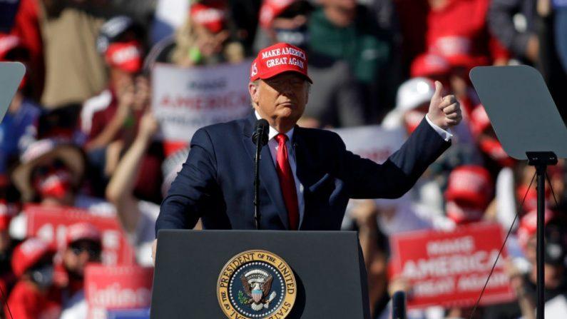 El presidente de Estados Unidos Donald Trump habla durante un mitin de campaña el 28 de octubre de 2020 en Bullhead City, Arizona. (Isaac Brekken/Getty Images)