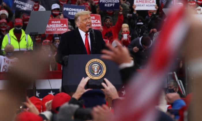 El presidente Donald Trump habla en un mitin en Reading, Penn., el 31 de octubre de 2020. (Spencer Platt/Getty Images)