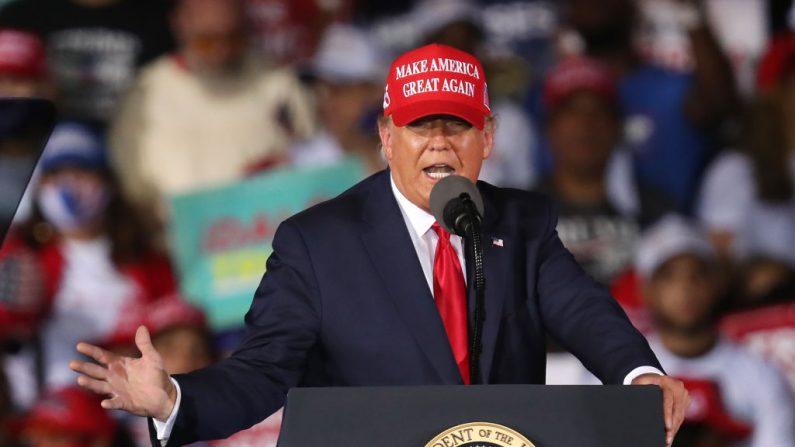 El presidente de los Estados Unidos, Donald Trump, habla durante el evento de su campaña electoral en el Aeropuerto Executive de Miami-Opa Locka el 1 de noviembre de 2020 en Florida. (Joe Raedle/Getty Images)