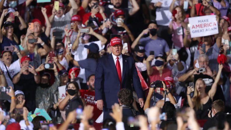 El Presidente de Estados Unidos, Donald Trump, habla durante su evento de campaña en el Aeropuerto Ejecutive de Miami-Opa Locka el 1 de noviembre de 2020 en el estado de Florida. El presidente Trump continúa su campaña electoral contra el candidato presidencial demócrata Joe Biden antes del día de las elecciones, el 3 de noviembre. (Foto de Joe Raedle/Getty Images)