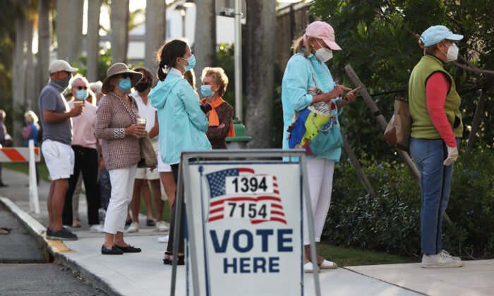 La gente hace cola para votar en el Centro Recreativo Morton y Barbara Mandel en Palm Beach, Florida, el 3 de noviembre de 2020. (Joe Raedle/Getty Images)