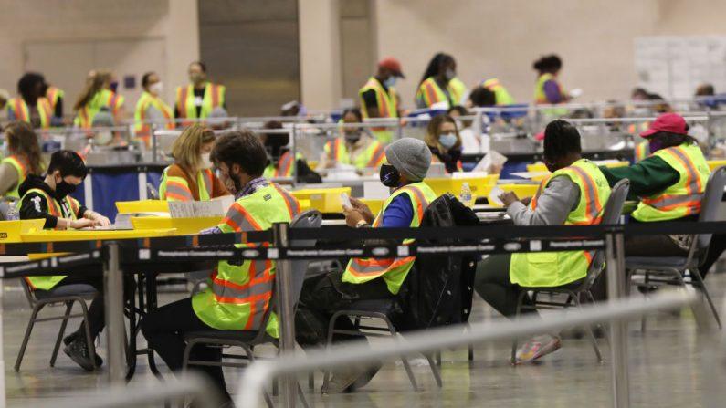 Los trabajadores electorales cuentan los votos el 3 de noviembre de 2020, en Filadelfia, Pensilvania. (Spencer Platt/Getty Images)