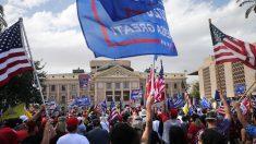Residentes de Arizona se reúnen frente al Capitolio estatal pidiendo integridad en conteo de votos