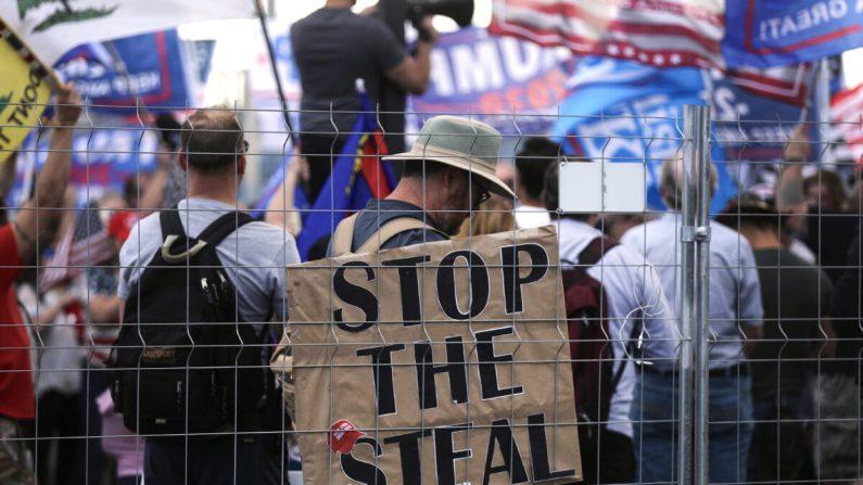 """Los partidarios del presidente Donald Trump se manifiestan en un mitin """"Stop the Steal"""" (Detener el robo) frente a la oficina del Departamento de Elecciones del Condado de Maricopa en Phoenix, Arizona, el 7 de noviembre de 2020. (Mario Tama/Getty Images)"""