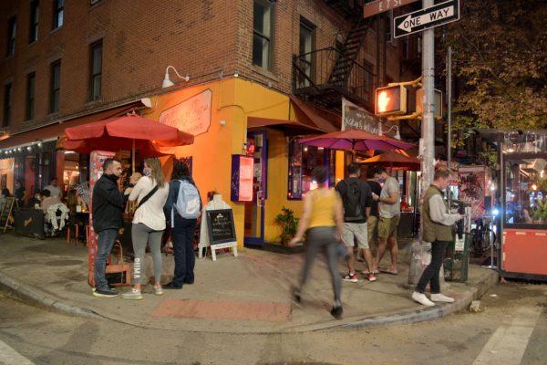 """Aún es posible comer al aire libre a pesar de la reciente advertencia del alcalde de la ciudad de Nueva York, Bill de Blasio, de que la ciudad está """"peligrosamente cerca"""" de una segunda ola de COVID-19 el 9 de noviembre de 2020 en la ciudad de Nueva York (EE.UU.). (Foto de Michael Loccisano / Getty Images)"""