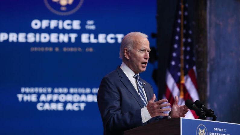 El candidato presidencial demócrata Joe Biden se dirige a la prensa para hablar sobre la demanda de la Administración Trump para anular la Ley de Cuidado de Salud a Bajo Precio el 10 de noviembre de 2020 en el Teatro Queen en Wilmington, Delaware. (Joe Raedle/Getty Images)