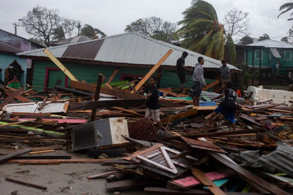 Vecinos del área del puerto buscan rescatar material y pertenencias personales entre los escombros después de que el huracán Iota azotara con fuertes vientos el 17 de noviembre de 2020 en Puerto Cabezas, Nicaragua. (Foto de Maynor Valenzuela / Getty Images)