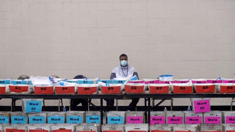 Los funcionarios electorales esperan mientras conversan cuestiones de procedimiento durante el proceso de reconteo de las boletas de las elecciones del 3 de noviembre en el Wisconsin Center en Milwaukee, Wisconsin, el 20 de noviembre de 2020. (Scott Olson/Getty Images)