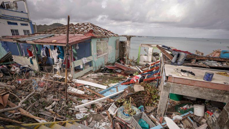 Vista general de casas destruidas y escombros causados por el huracán Iota en el centro de la ciudad el 21 de noviembre de 2020 en la isla de Providencia, Colombia. (Foto de Diego Cuevas / Getty Images)