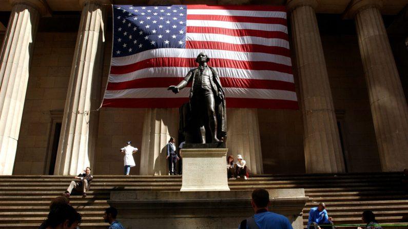 Una estatua de George Washington frente al Federal Hall en la ciudad de Nueva York el 5 de septiembre de 2002. (Spencer Platt/Getty Images)