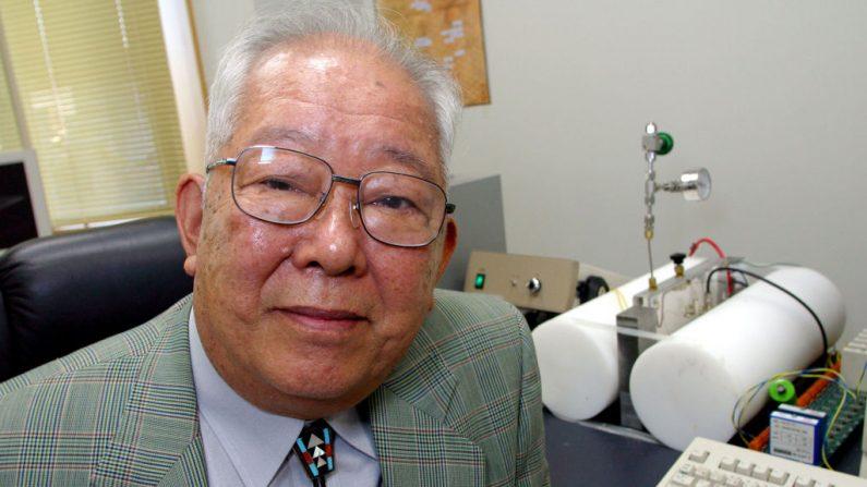 El profesor Masatoshi Koshiba posa para un retrato en su oficina en la Universidad de Tokio el 10 de octubre de 2002 en Tokio, Japón. (Foto de Junko Kimura / Getty Images)