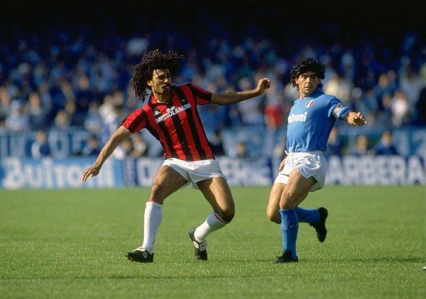 Mayo de 1988: Ruud Gullit del AC Milan (i) y Diego Maradona (d) en acción durante la Serie A italiana en Nápoles, Italia. Milán ganó el partido 3-2. (Foto de Allsport UK / Allsport /Getty Images)