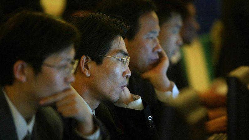 Los delegados del Congreso Nacional del Pueblo navegan por Internet en el Gran Salón del Pueblo, el 14 de marzo de 2004 en Beijing, China. (Foto de FREDERIC J. BROWN / AFP a través de Getty Images)