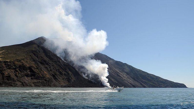 La lava del volcán Stromboli en Italia desemboca en el mar el 9 de agosto de 2014. (Foto de GIOVANNI ISOLINO / AFP a través de Getty Images)
