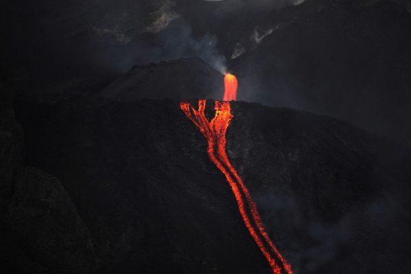 La lava del volcán Stromboli en Italia desemboca en el mar el 10 de agosto de 2014. (Foto de GIOVANNI ISOLINO / AFP a través de Getty Images)