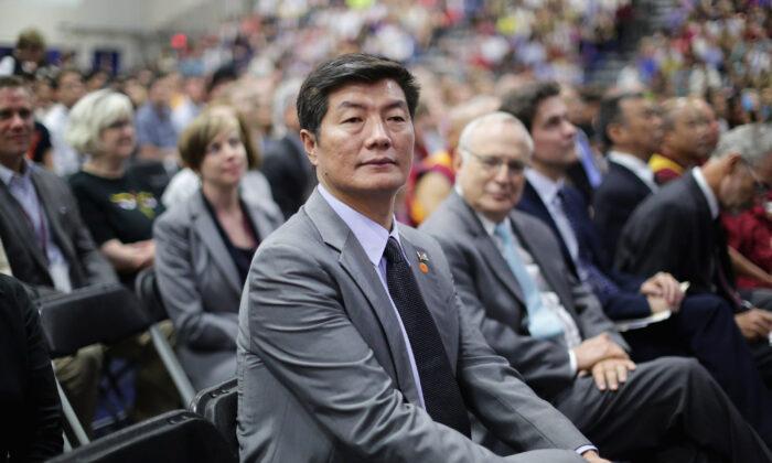 Lobsang Sangay, el presidente del Gobierno tibetano en el exilio, asiste a un evento con el Dalai Lama en el Bender Arena del campus de la American University en Washington, DC, el 13 de junio de 2016. (Chip Somodevilla/Getty Images)