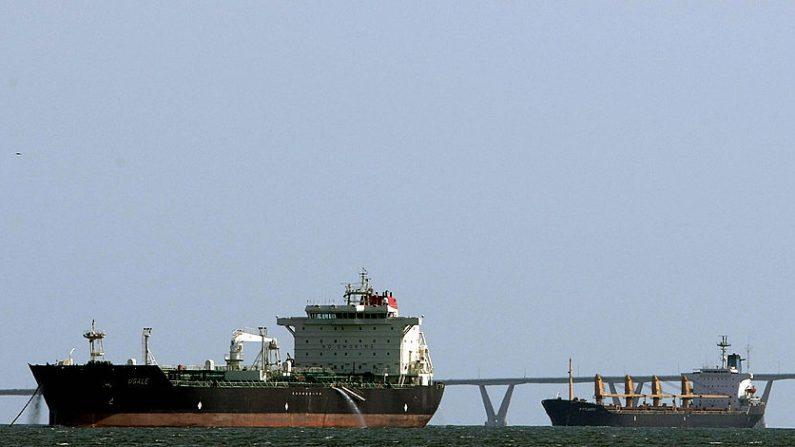 Dos petroleros permanecen en el mar cerca de Maracaibo, a unos 650 km al oeste de Caracas el 4 de marzo de 2008, antes de dirigirse al muelle de la compañía petrolera estatal PDVSA. (JUAN BARRETO/AFP a través de Getty Images)