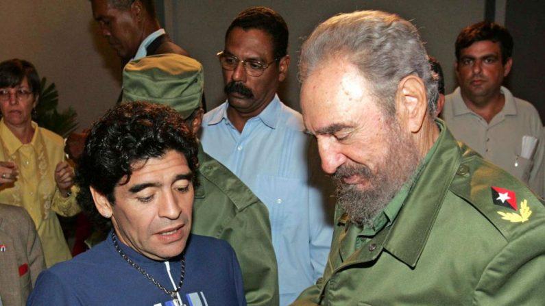 """La exestrella de fútbol argentino Diego Armando Maradona habla con el dictador cubano Fidel Castro, antes de grabar el programa de televisión de Maradona """"La noche de las 10"""" en La Habana el 27 de octubre de 2005. (ISMAEL FRANCISCO GONZALEZ/AFP a través de Getty Images)"""