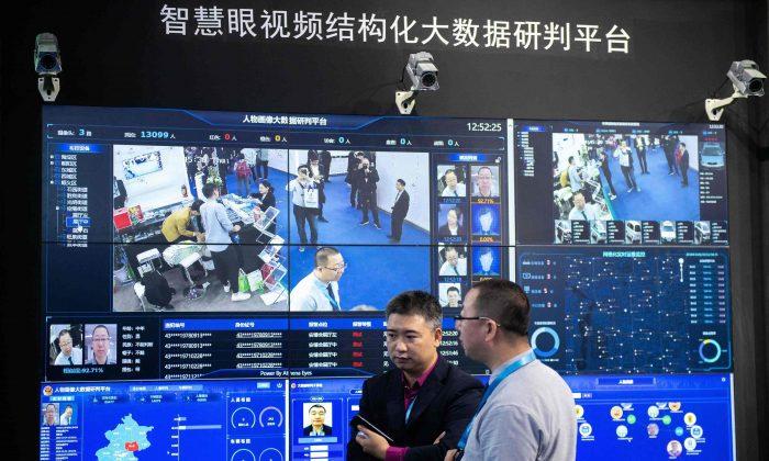 Utilizando tecnología de reconocimiento facial, cámaras de seguridad de inteligencia artificial filman a los visitantes de una exposición internacional de seguridad en el Centro Internacional de Exposiciones de China en Beijing el 24 de octubre de 2018. (Nicolas Asfouri/AFP/Getty Images)