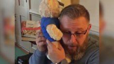 Papá escucha latidos de su hijo en oso de peluche que le regalo un receptor de trasplante de corazón